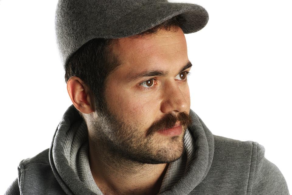 La casquette et moustache à la Peaky Blinders !