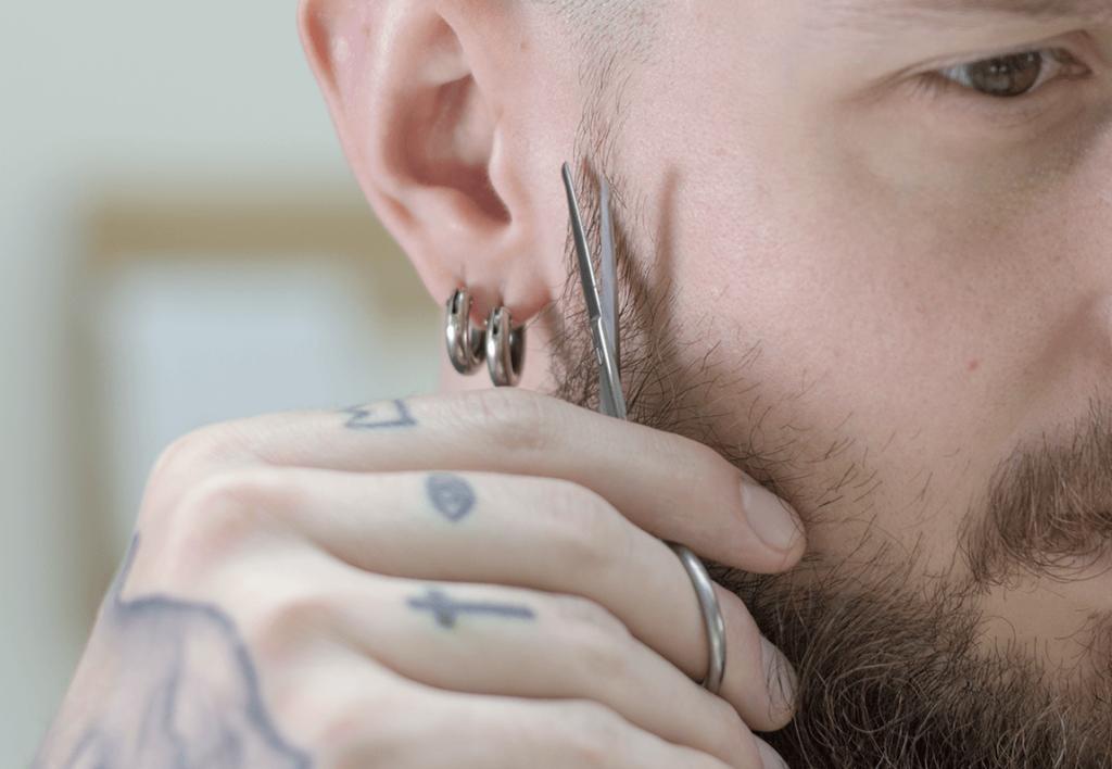 comment tenir ciseaux à barbe