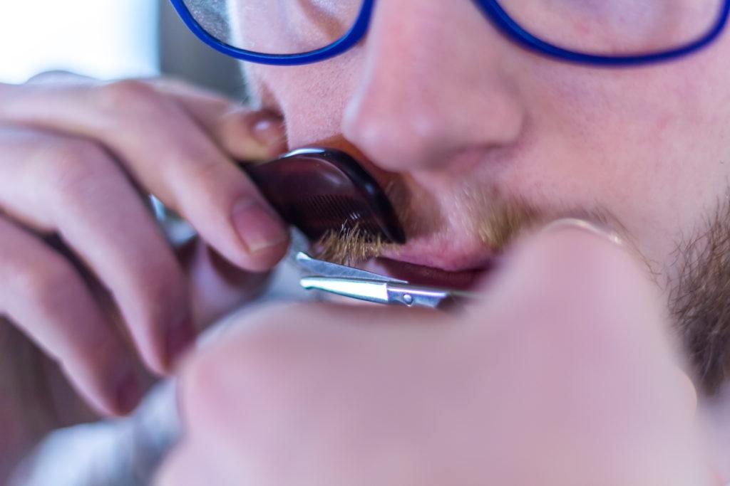 Tailler sa moustache avec le kit de survie moustache !