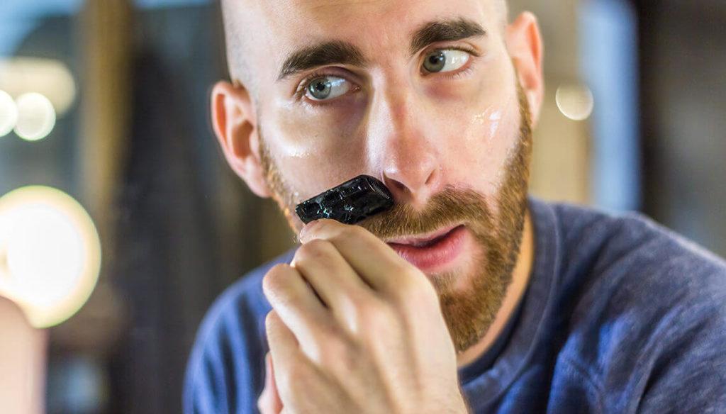 Raser sa moustache avec un rasoir droit