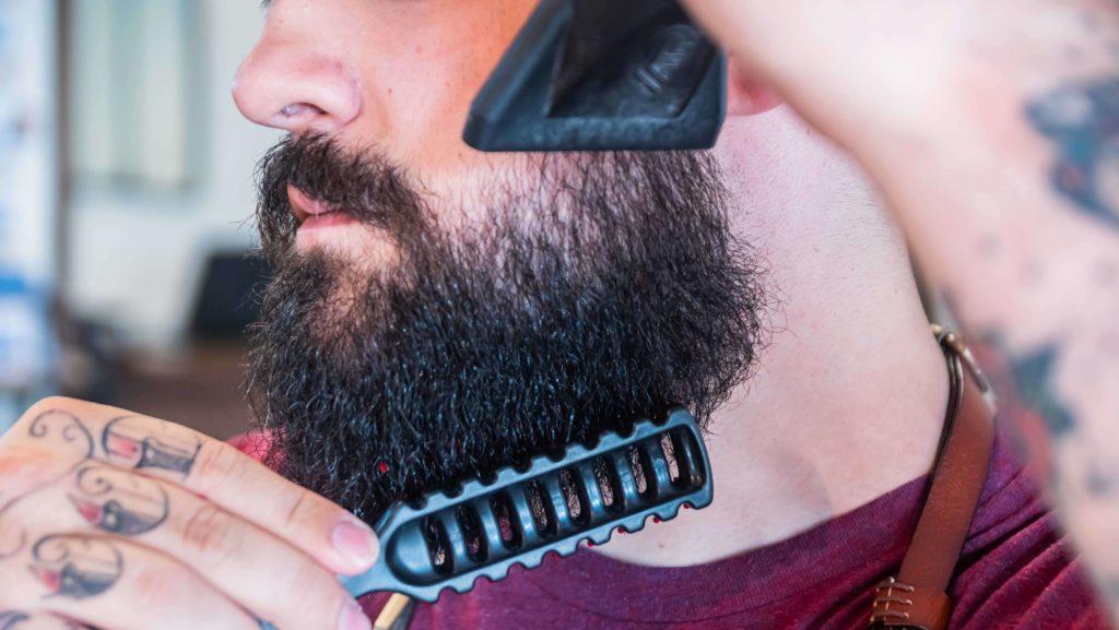 Sèche-cheveux pour enlever les nœuds dans la barbe