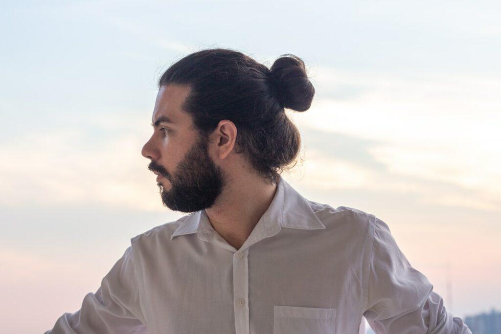 Homme barbu avec un bun.