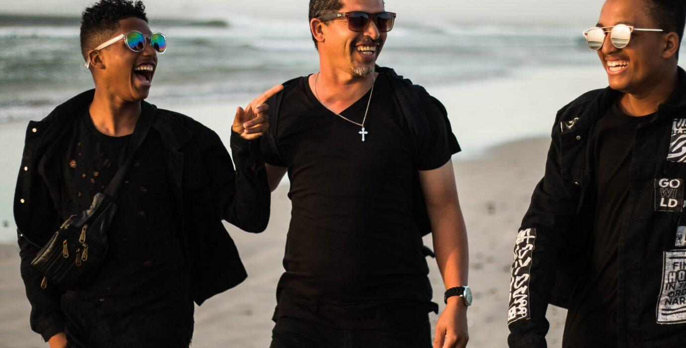 Hommes riant sur la plage