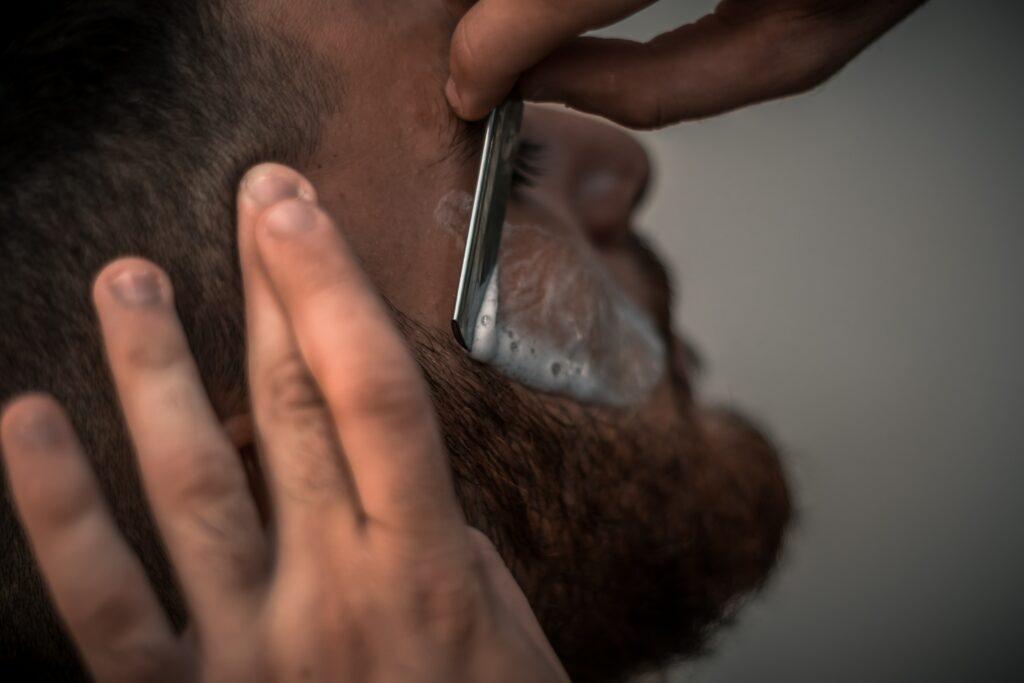 Poils incarnés dans la barbe : le rasage au coupe-choux